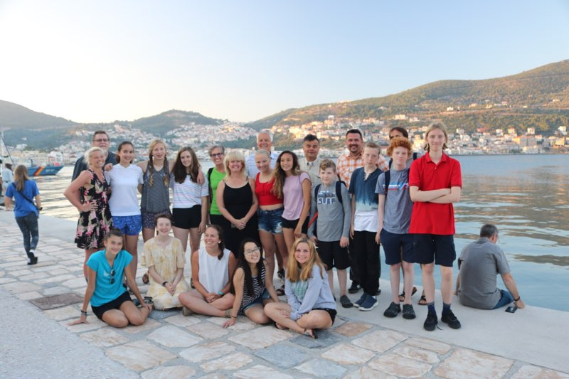 Students+and+teachers+gather+for+a+group+photo+on+the+2018+trip.